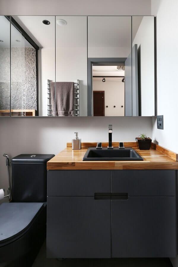 Decoração moderna com bancada de madeira e armário de banheiro planejado pequeno na cor cinza escuro