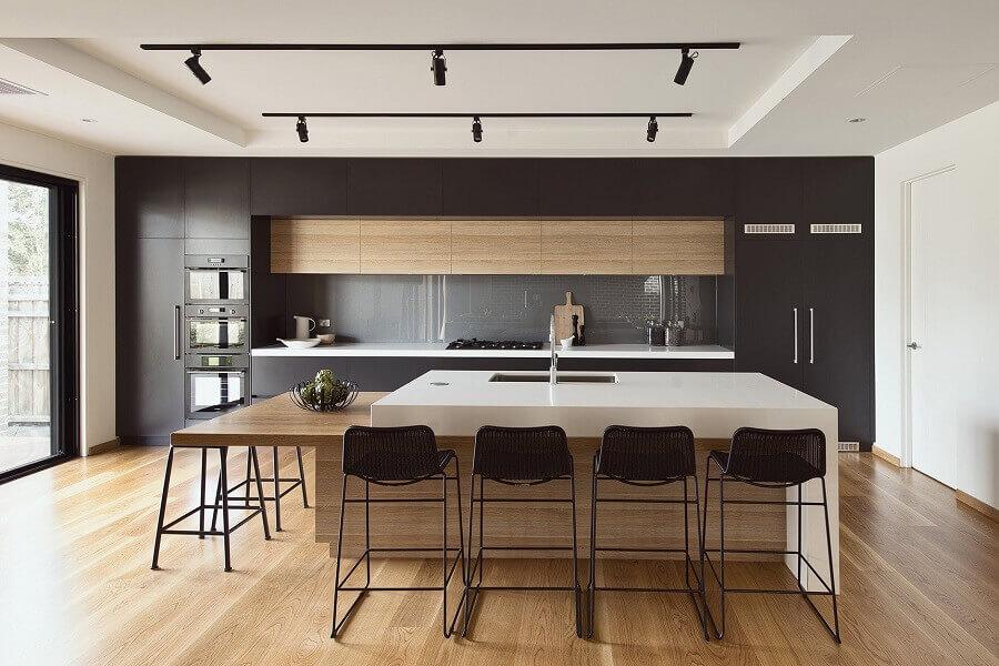Decoração moderna com banquetas para bancada de cozinha ampla com ilha