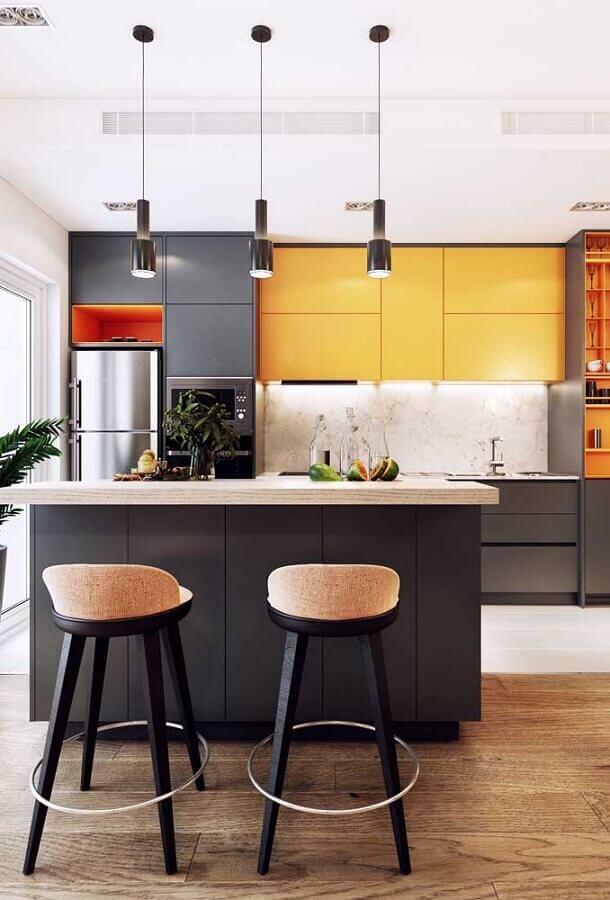 Decoração moderna com banquetas para bancada de cozinha com ilha cinza e amarela