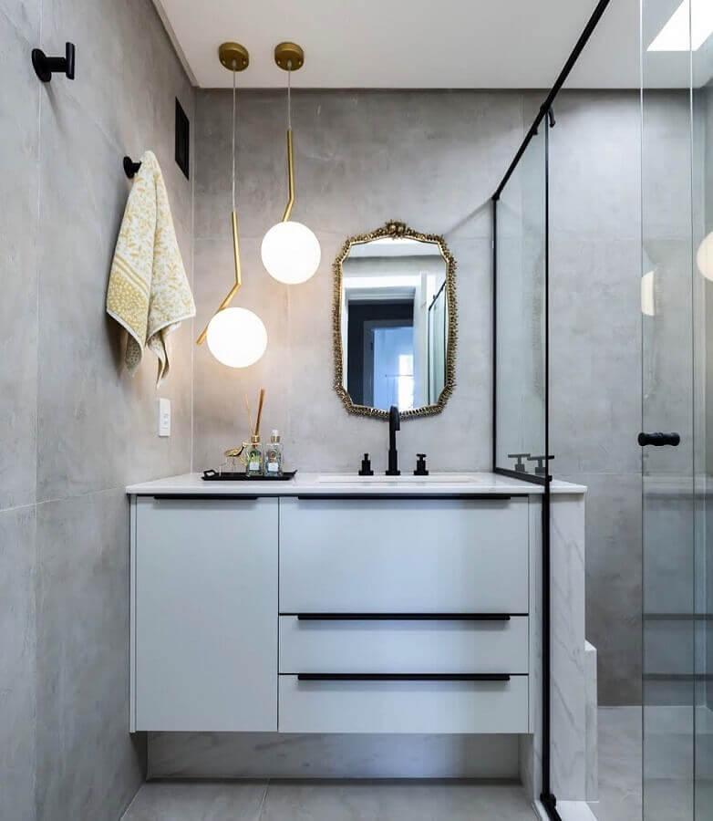 Decoração moderna com luminária pendente e armário de banheiro planejado pequeno