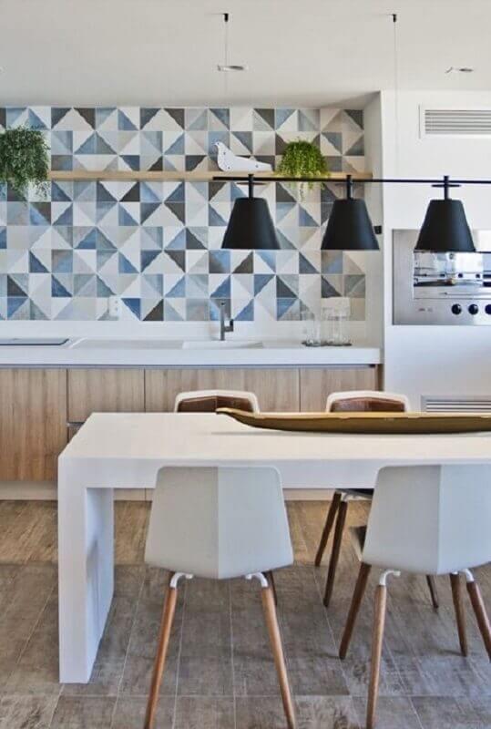 Decoração moderna com móveis planejados e azulejo de cozinha estampado