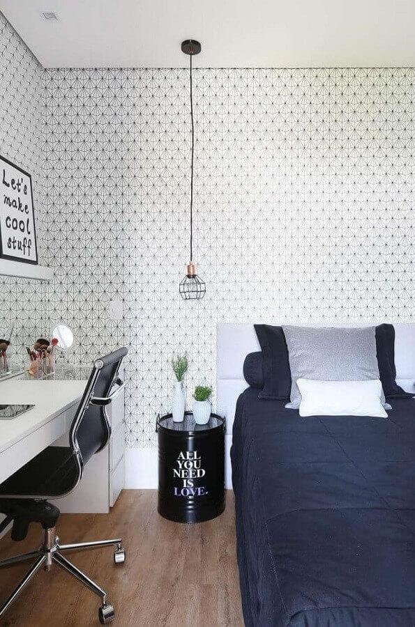 Decoração moderna com papel de parede delicado para quarto feminino pequeno