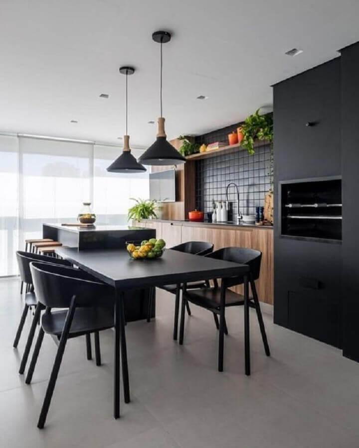 decoração moderna com pendente para área gourmet preta com armários de madeira