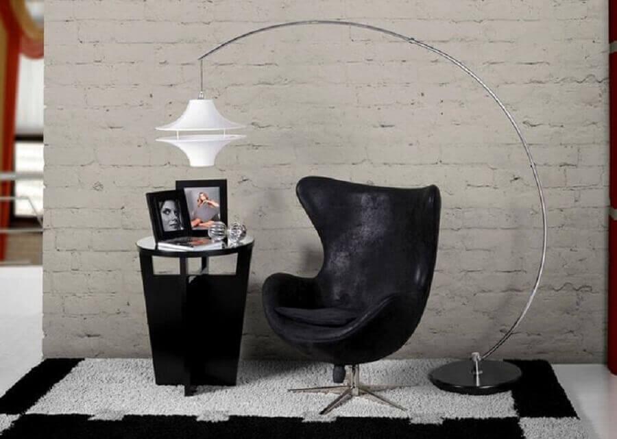 Decoração moderna com poltrona giratória preta