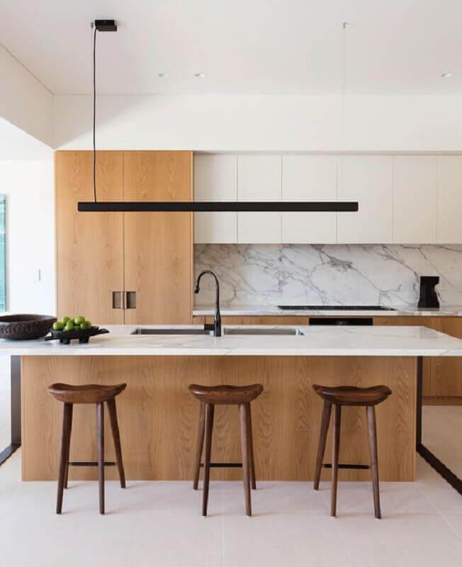 decoração moderna de cozinha amadeirada e branca com ilha gourmet Foto Daniel Boddam Architecture & Interior Design
