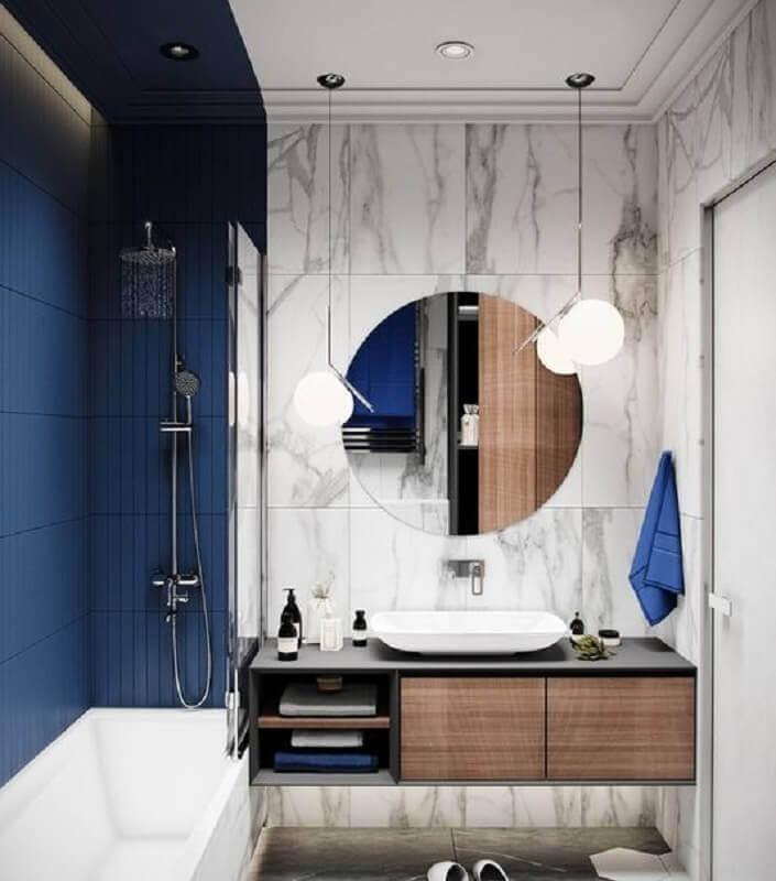decoração moderna para banheiro azul marinho e branco com espelho redondo Foto Home Fashion Trend