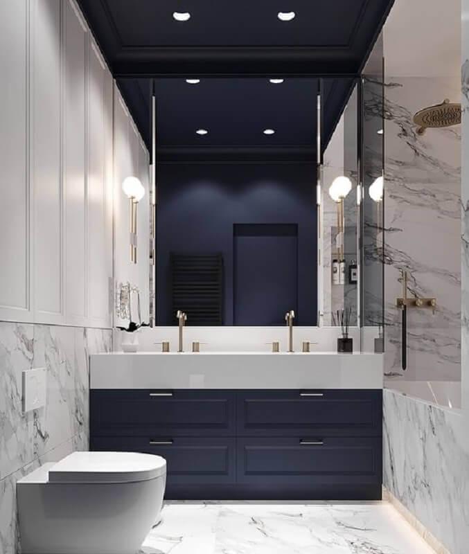 decoração moderna para banheiro azul marinho sofisticado com revestimento de mármore Foto Behance
