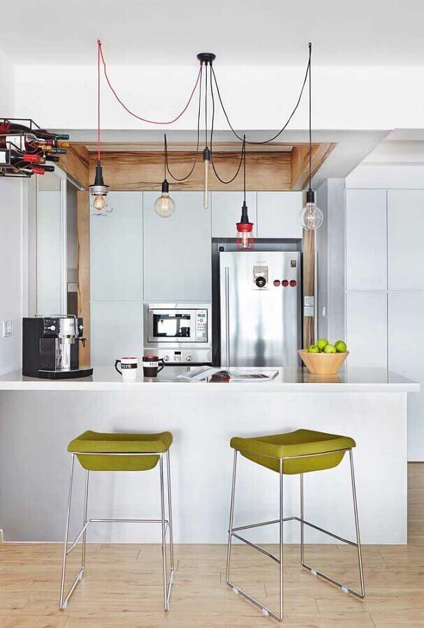 decoração moderna para cozinha branca com banqueta verde oliva  Foto Apartment Therapy