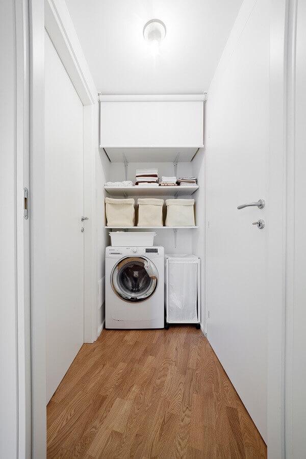 Decoração na cor branca com prateleira para lavanderia pequena