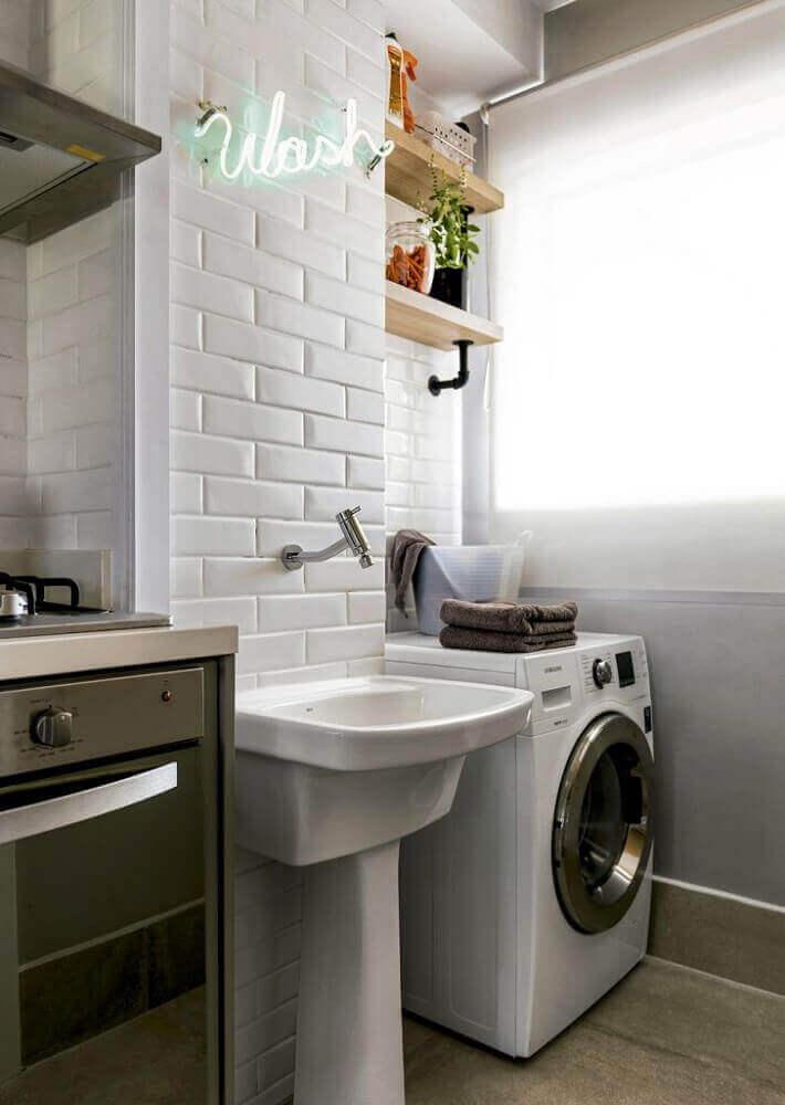 Lavanderia branca integrada para a cozinha