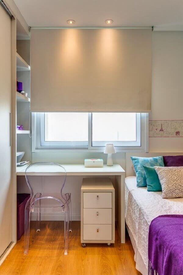 Decoração para quarto pequeno feminino com escrivaninha branca planejada