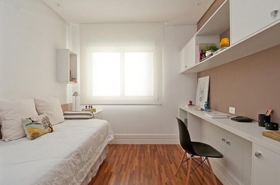 Decoração para quarto pequeno feminino todo branco com bancada de trabalho