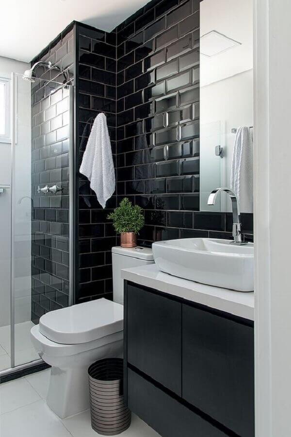 Decoração preto e branco com armário pequeno de banheiro