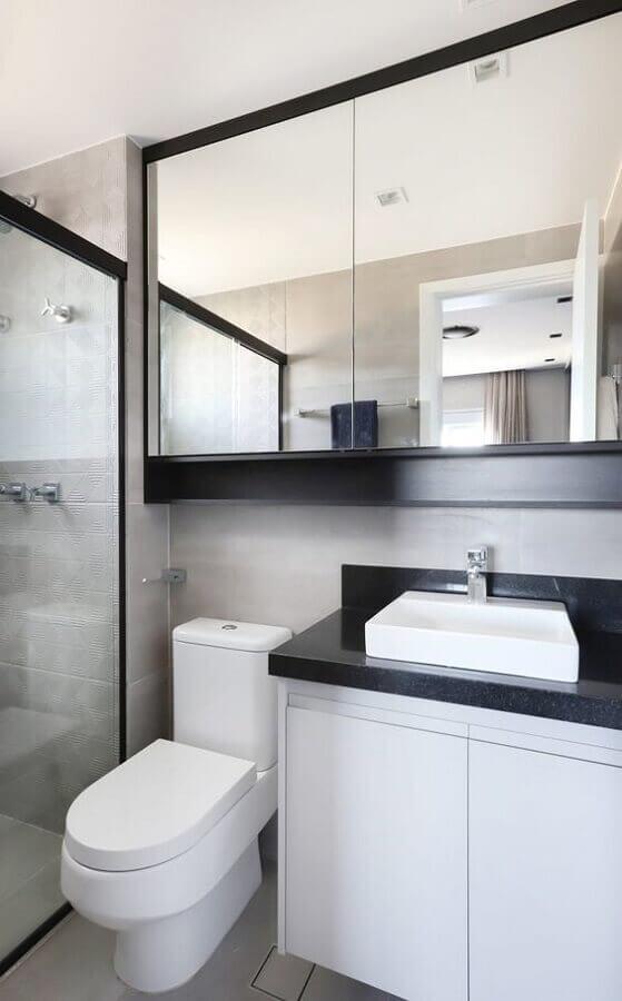 Decoração preto e branco com espelheira para banheiro