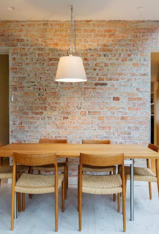 décor rustique avec mur de briques et chaises en bois pour table à manger Foto Pinterest