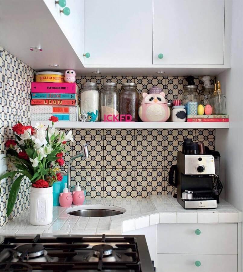decoração retrô com azulejo de cozinha decorada com armários brancos