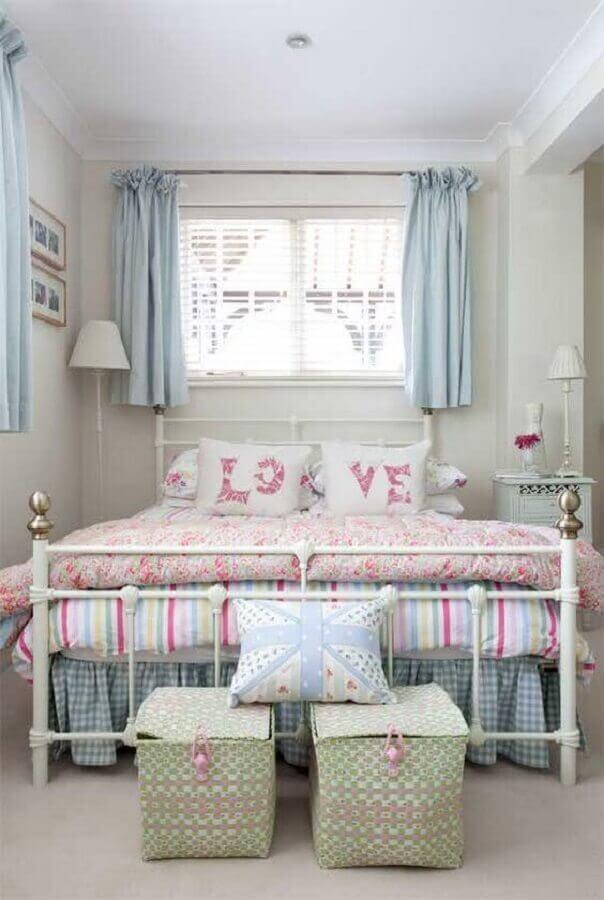 Decoração romântica para quarto de casal simples com cama de ferro branca