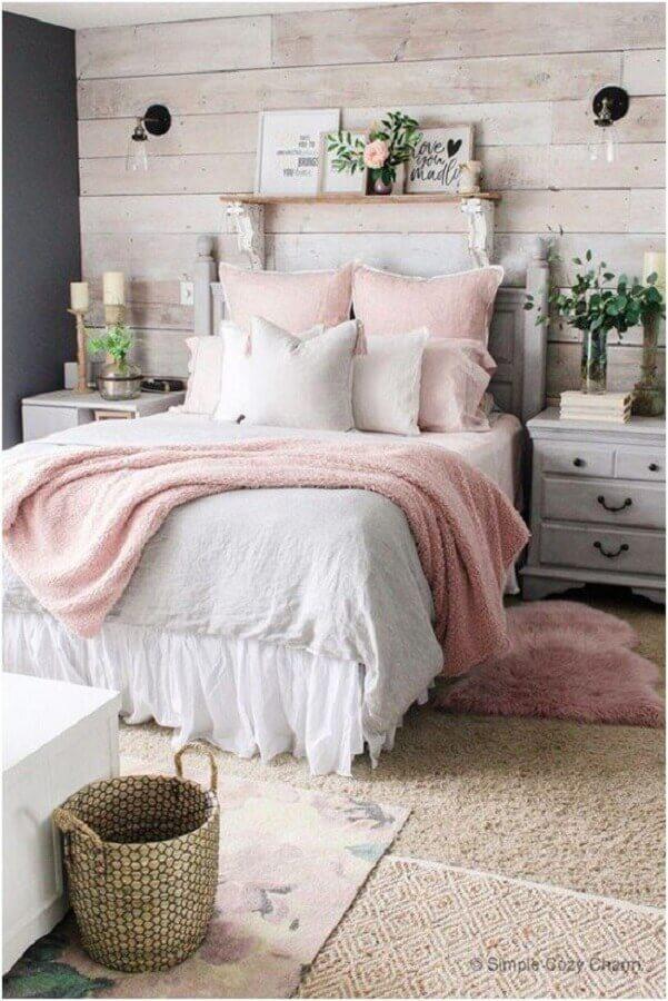 Decoração romântica com almofadas para quarto feminino com detalhes rústicos
