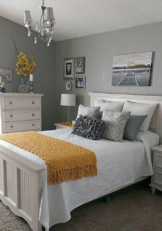 Decoração simples com almofadas para quarto de casal cinza e branco