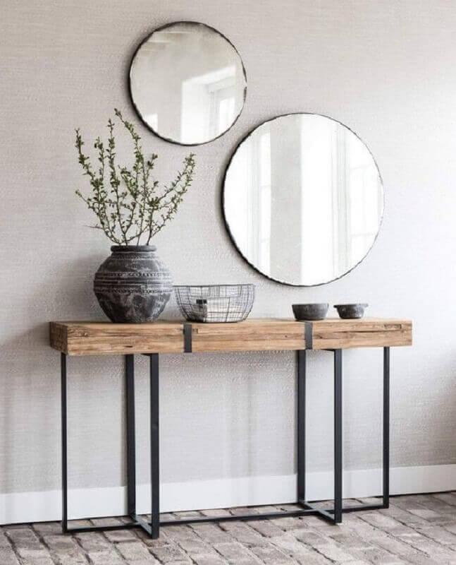 Decoração simples com aparador com espelho redondo