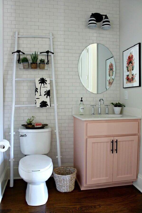 Decoração simples com armário de banheiro pequeno cor de rosa claro