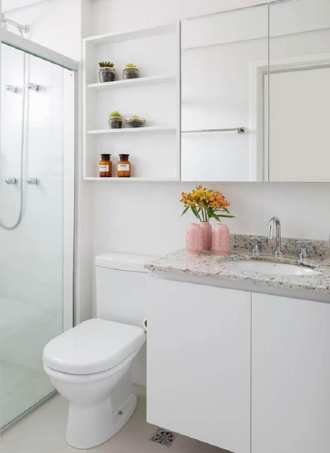 Decoração simples com armário espelheira para banheiro branco