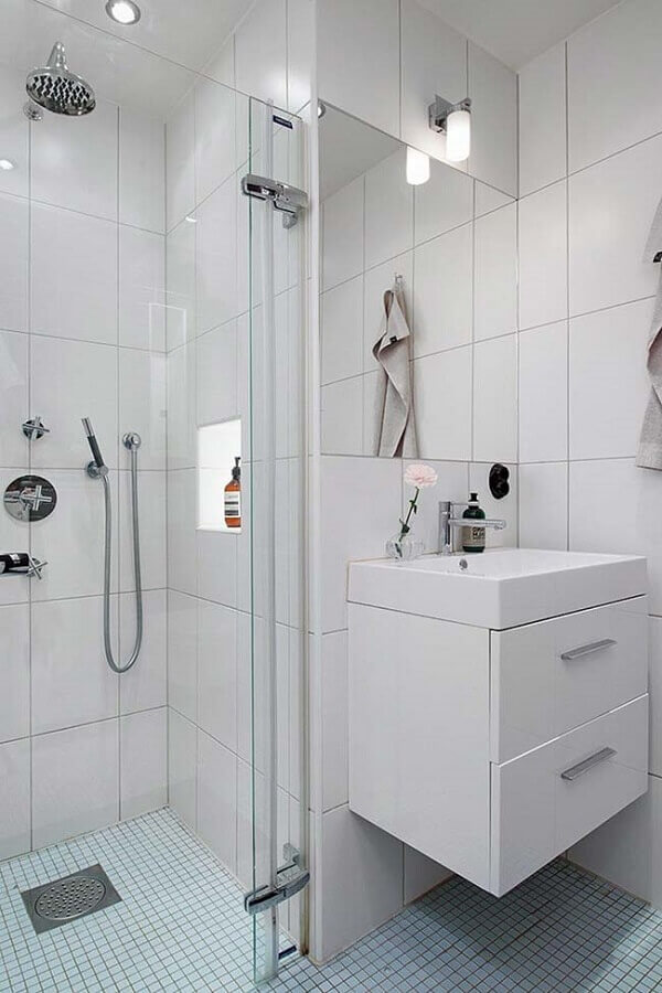 Decoração simples com armário pequeno de banheiro todo branco