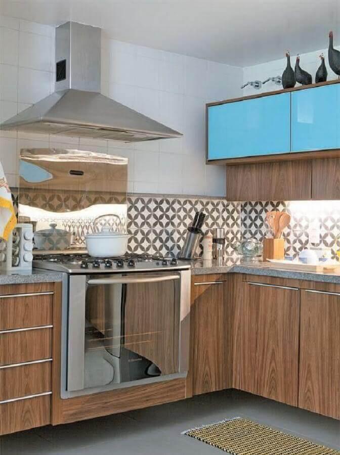 Decoração simples com armários de madeira e azulejo de cozinha