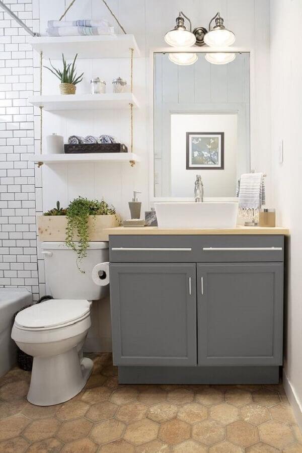 Decoração simples com armario de banheiro pequeno cinza com estilo vintage