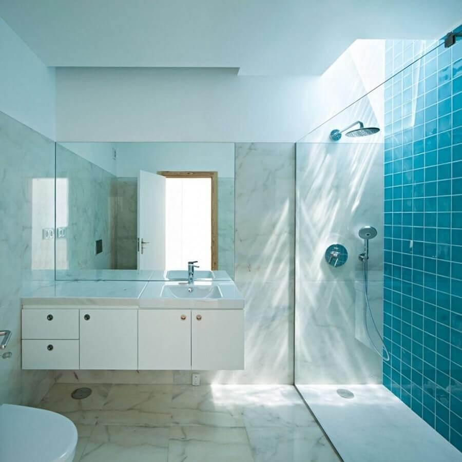 decoração simples com azulejo azul para banheiro Foto Struck Arquitetos