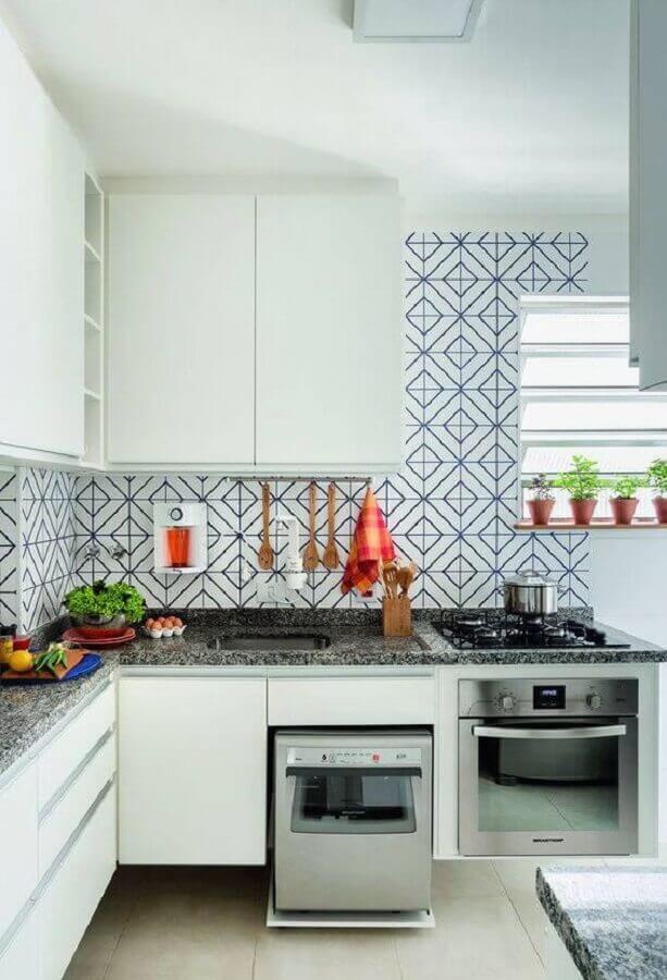 Decoração simples com azulejo de cozinha estampado e armários brancos
