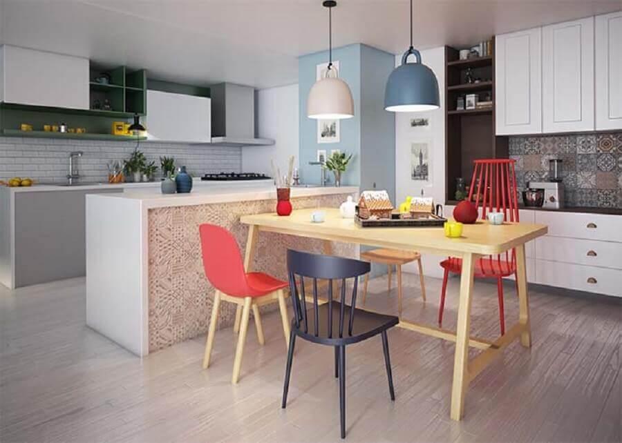 décoration simple avec différents modèles de chaises colorées pour table à manger Foto Pinterest