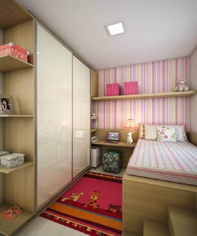 Decoração simples com papel de parede listrado para quarto infantil feminino pequeno