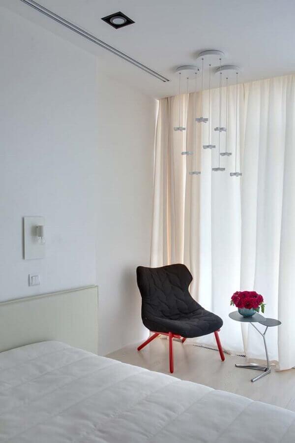 Decoração simples com poltrona preta para quarto todo branco