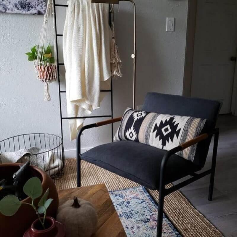 Decoração simples com poltrona preta para sala