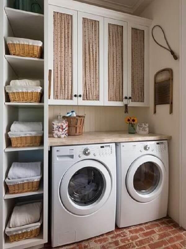 Decoração simples com prateleira para lavanderia com bancada de madeira