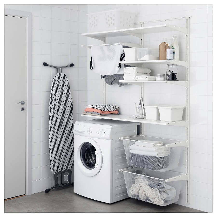 Decoração simples com prateleiras organizadoras para lavanderia branca