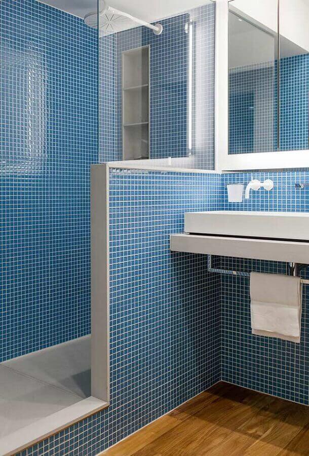 decoração simples com revestimento para banheiro azul Foto Jeito de Casa