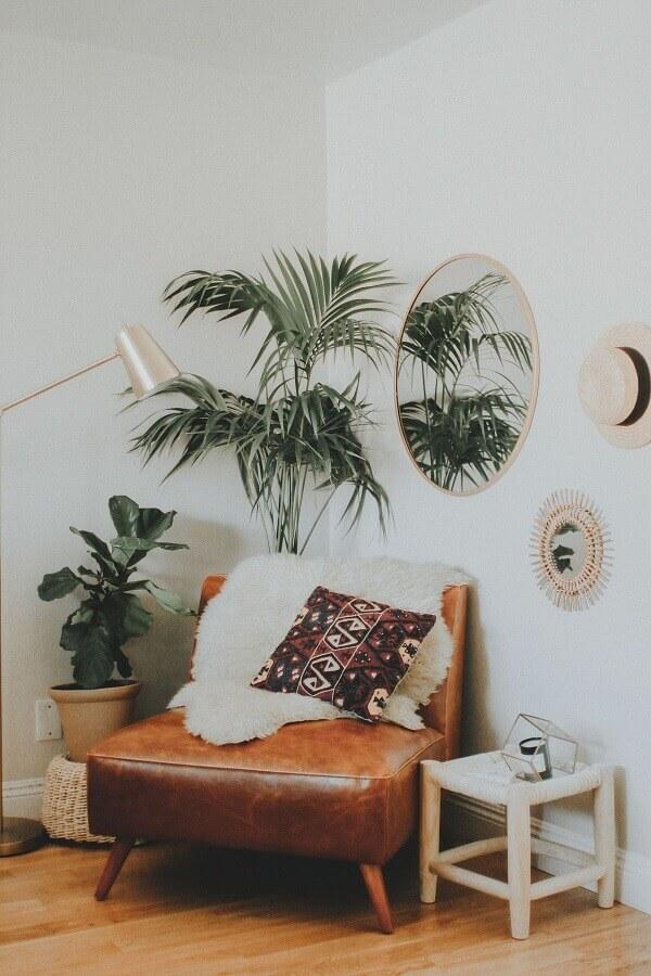 decoração simples com vasos de plantas e poltrona marrom baixa  Foto Pinterest