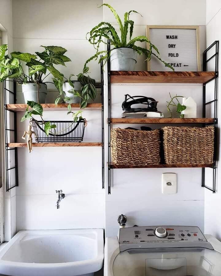 Decoração simples com vasos de plantas para prateleira para lavanderia pequena