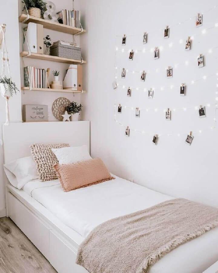 Decoração simples para quarto pequeno feminino com painel de fotos