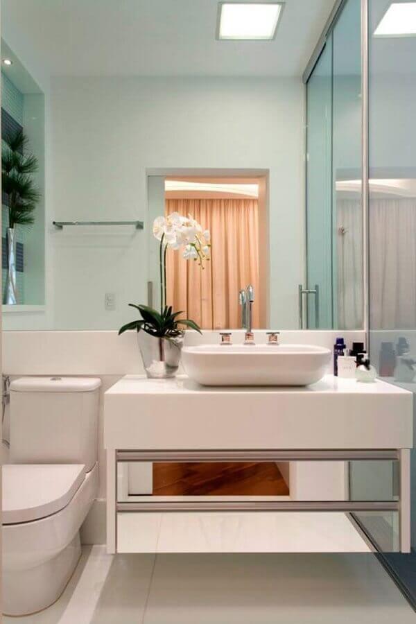 Decoração sofisticada com armário de banheiro planejado pequeno com gavetas espelhadas