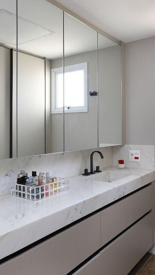 Decoração sofisticada com bancada de mármore e espelheira grande para banheiro