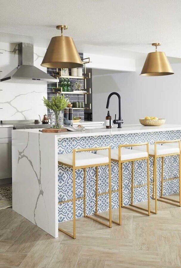 Decoração sofisticada com banquetas para bancada de cozinha com ilha de mármore