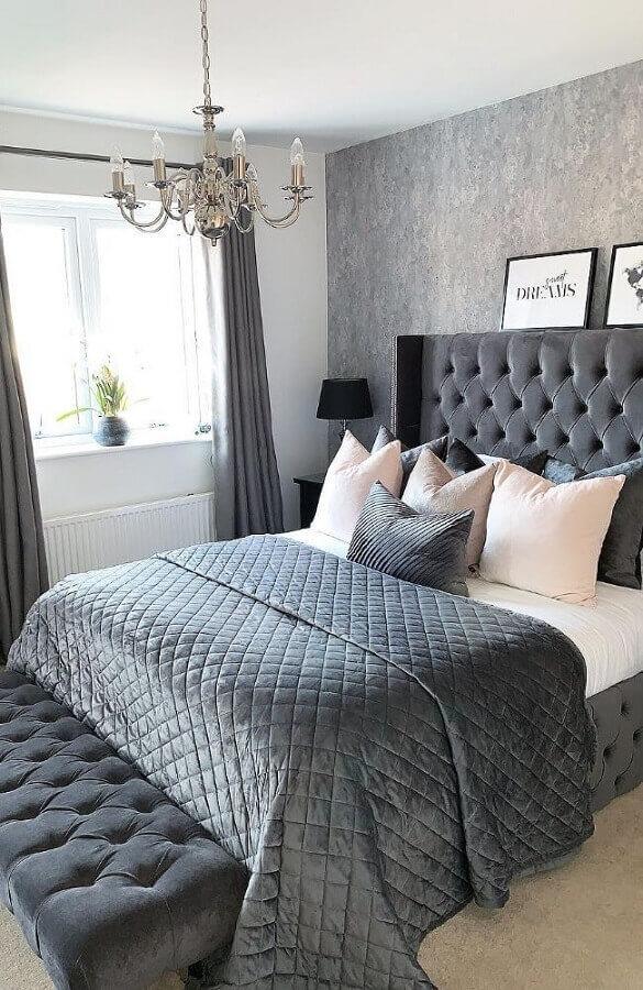 Decoração sofisticada com cabeceira capitonê e almofadas para quarto de casal cinza