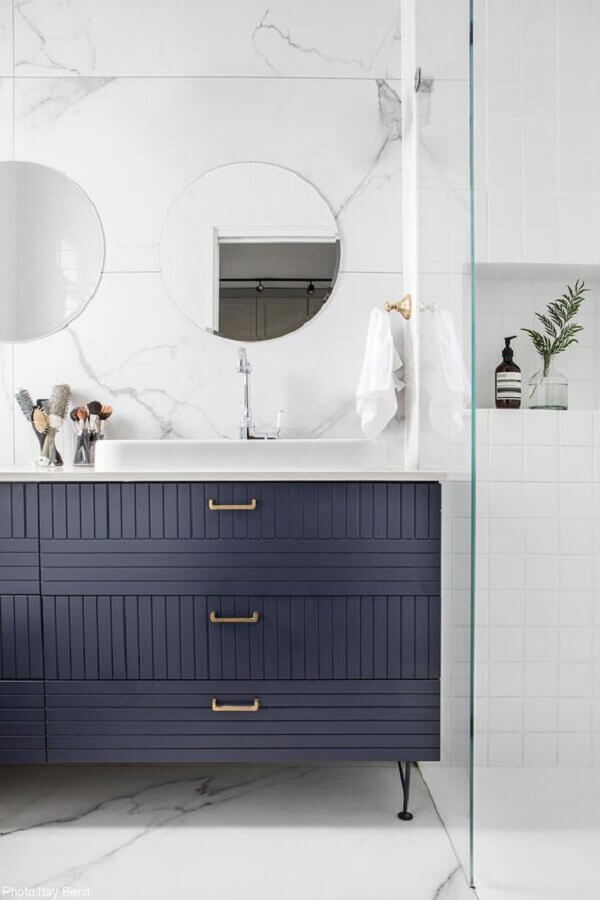 decoração sofisticada com gabinete para banheiro azul marinho e branco Foto Archilovers