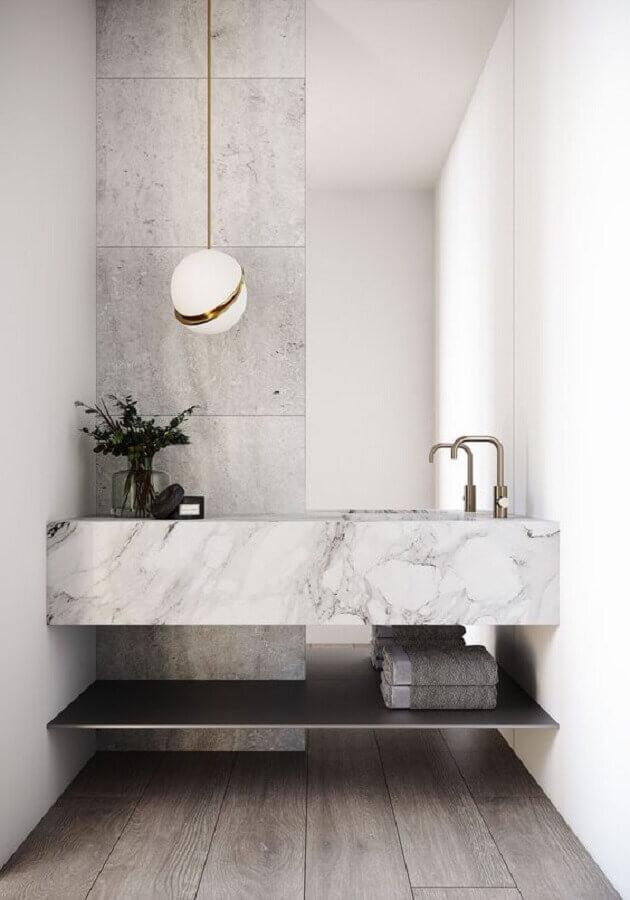 Decoração sofisticada com luminária moderna e bancada de mármore branco para banheiro