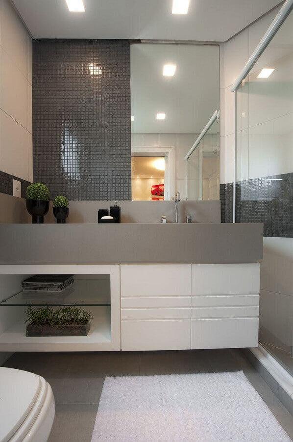 Decoração sofisticada em cinza e branco com armário de banheiro planejado pequeno
