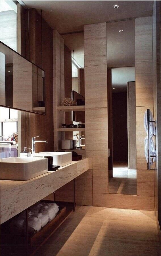 Decoração sofisticada em cores neutras com bancada de mármore para banheiro