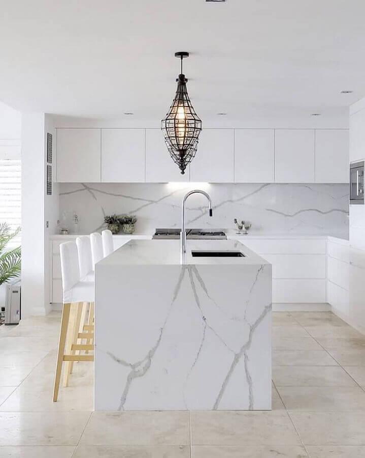 decoração sofisticada para cozinha branca com ilha gourmet de mármore Foto Vadara Quartz Surfaces